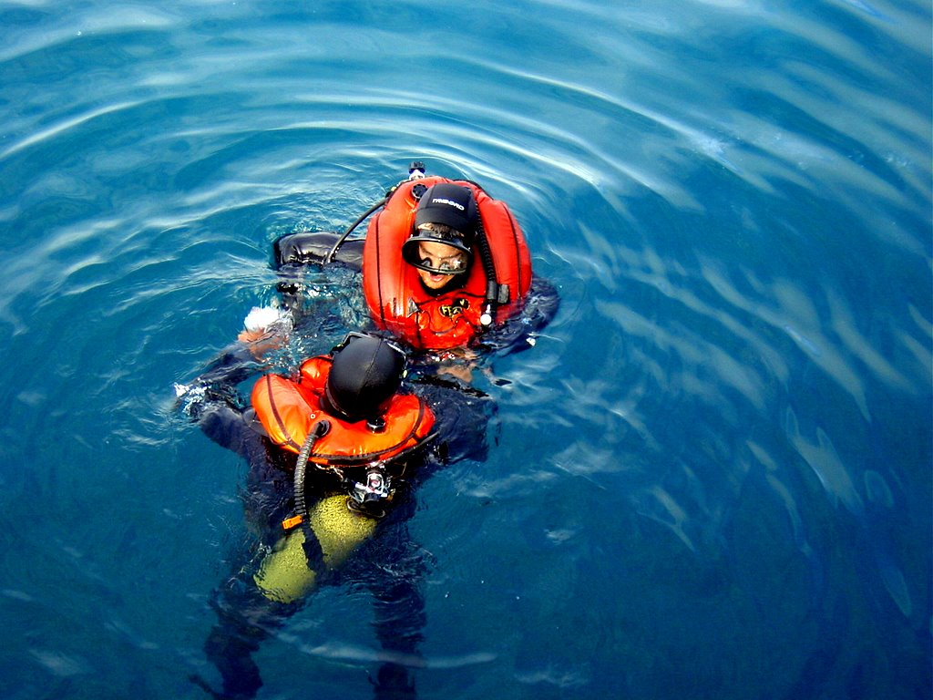 Scuba_divers_with_inflated_buoyancy_compensators_DSC08374_(373826676)