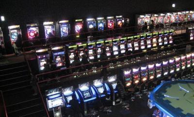 1280px-Interior_of_amusement_arcade_in_Japan_02